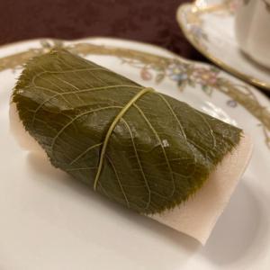 ティータイムは目白の老舗の和菓子屋さん「志むら」の桜餅を合わせて♪