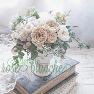 清楚な白い薔薇が主役のアレンジ…小さなブーケのように