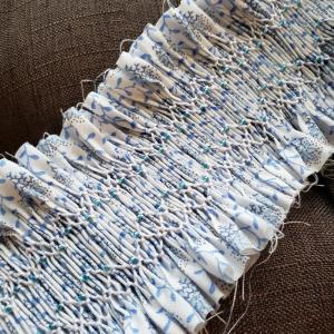 明るい色の糸で、ブルー花柄帯をもうひとつ