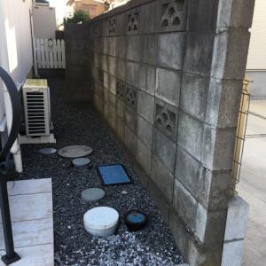 DIYでブロックの上に木製フェンスを作る