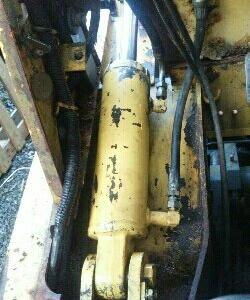 フォークリフト油圧シリンダーオイル漏れ修理