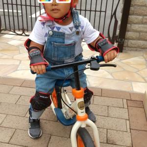 新しいヘルメットでキックバイク