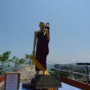 カオタキアップで僧侶にタンブンした
