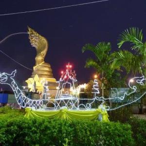 ナーガ像近傍に御座船の電飾を見た