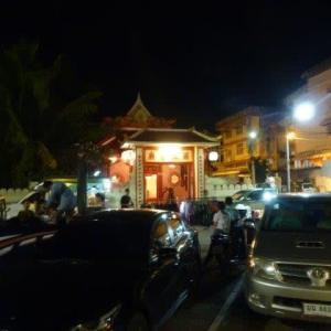 メコン遊歩道沿いに中華廟を見た
