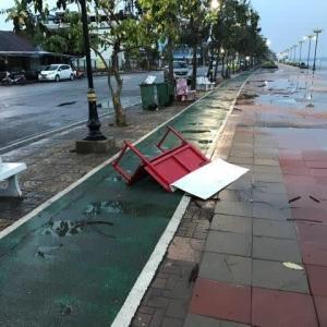 メコン沿い遊歩道に暴風雨の跡を見た