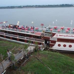 ナコンパノム メコン遊覧船は客が乗っていた
