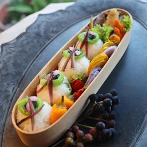 ぐるぐる巻にした小松菜を飾ったおにぎり弁当