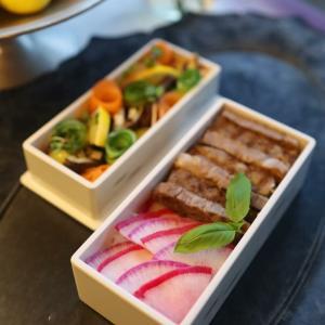 赤カブさんと紫大根さんキチンと整列出来てませんよ!のステーキ弁当