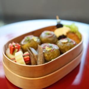 高菜おにぎりとカラフルなますのお弁当