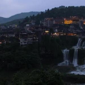 滝の上に掛かる千年の古鎮