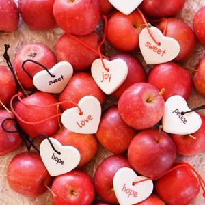 ワード入りオーナメントと赤リンゴ♪