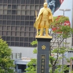 岐阜駅前の織田信長の黄金像