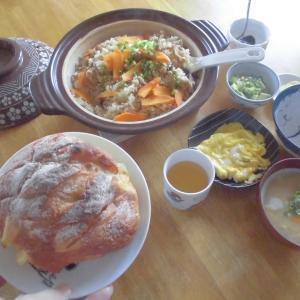 今日は朝から土鍋で炊き込みご飯