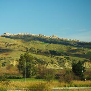 【イタリア】 岩山に張り付くもっとも美しい村 カステルメッツァーノ