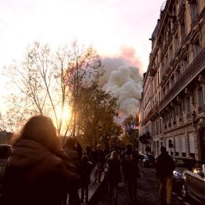 ノートルダム寺院が燃えている。