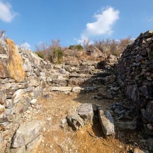 対馬 清水山城 [3/3] 二重虎口と櫓門跡とカーブする石垣が特徴的な一ノ丸へ。