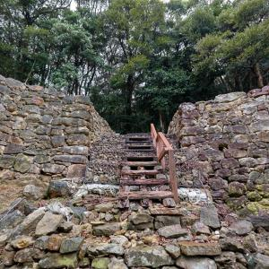 対馬 金田城 [2/4] 高さ5mの巨大石垣が守る二ノ城戸へ。