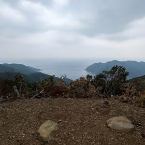 結石山城:かつて礎石建物が建っていた、朝鮮半島を見据える山城。