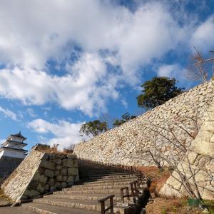 明石城 [5/5] 本丸前の大木群が伐採され石垣と両櫓がよく見える