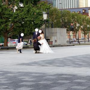 東京駅でロケーションフォト撮影中カップルに遭遇