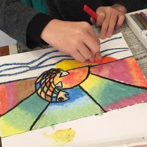 透明クレヨンのやわらかタッチで日の出を描く