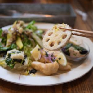 ひっそりと建つ人気の古民家カフェでいただくランチは野菜の瑞々しさが際立っていました!