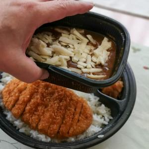 カレーに入れて食べますか? それともカレーをかけて食べますか?