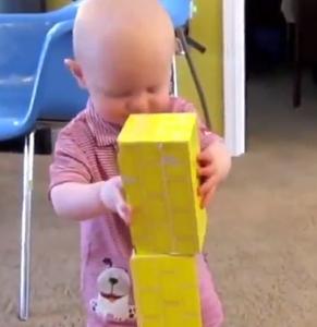 【悲報】赤ちゃんさん、積み木を積んで感極まってしまう……