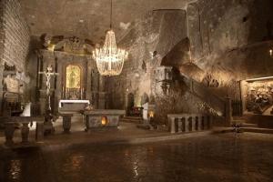 解答「世界一美しいと言われ、塩で出来ている地下の礼拝堂がある街です。」