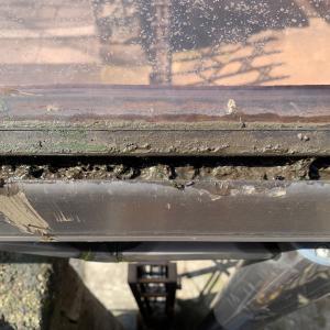 カーポートの雨どいの溜まった泥を撤去