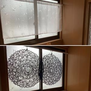 窓のカーテンを百均のシートに替えてみた
