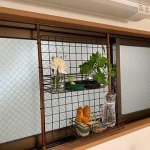 100均グッズで台所の窓に簡易ラック