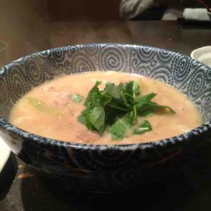 酸味のあるごまのお出汁が美味!温かいごまうどんが食べられる。(籠や (かごや)@赤坂)