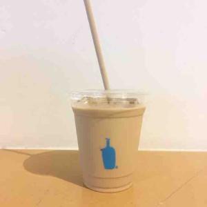 シンプルな衣装のブルーボトルがお洒落なカフェは若干お高いけれどコーヒーの美味しさにそれも納得。(ブルーボトルコーヒー 新宿カフェ@新宿)