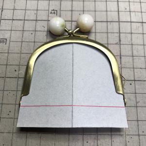 75mmの小さめ口金の型紙でも ダーツが入れば容量増えますね。