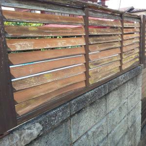ブロック塀の上にウッドフェンスを作る(^_^)