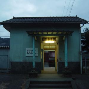 虹色に輝く駅舎がある? 筑肥線・虹ノ松原駅