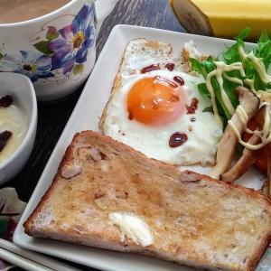 今朝はくるみパンで朝食