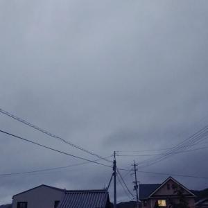 今日は夕陽までもが曇り空。