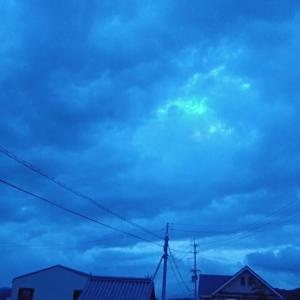 夕方の不思議なブルー。
