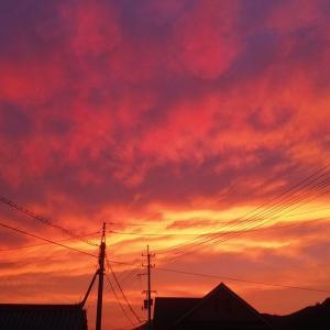 わぁー今夜も驚く秋の夕焼け。