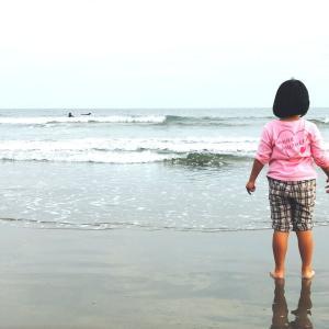 海と戯れるすずちゃん