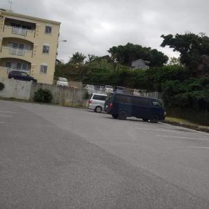 沖縄デポランドの駐車場で