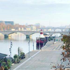 パリ13区散歩 フランソワミッテラン図書館、セーヌ川、シモンヌ・ド・ボーボワール橋