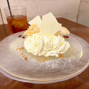 梅田イーマのカフェ&ブックス ビブリオテークさんの期間限定生チーズモンブラン。