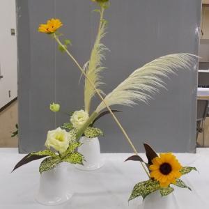 1日と同じ花材で花奏 5 器3つで