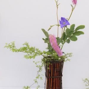 昨日と同じ花材で立透かし花籠