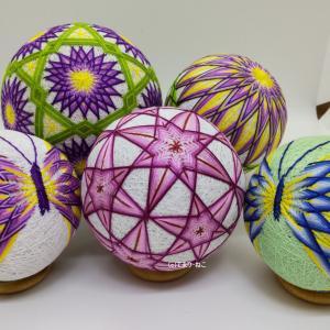 手まり「三菱と12菊」「菊」「八重づる桔梗」「菊模様の蝶」を各所に展示しました。
