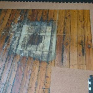 腐った床とマンホール